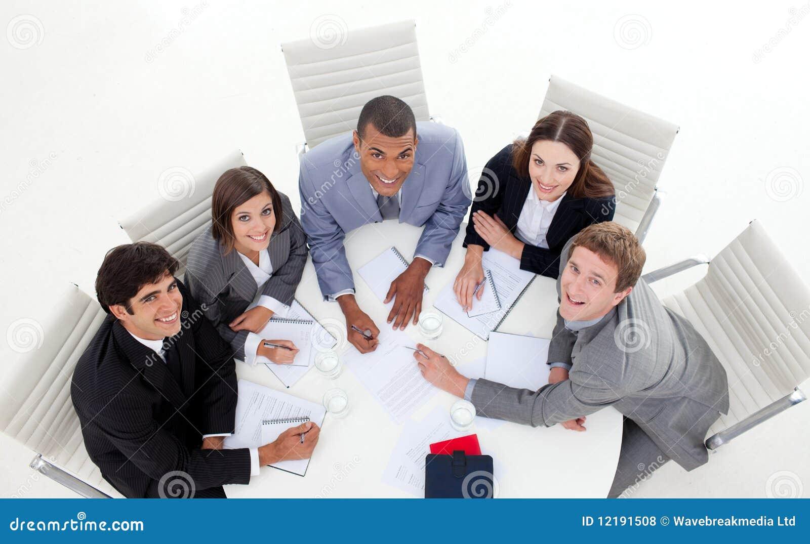 Hög vinkel av multi-ethnic affärsfolk