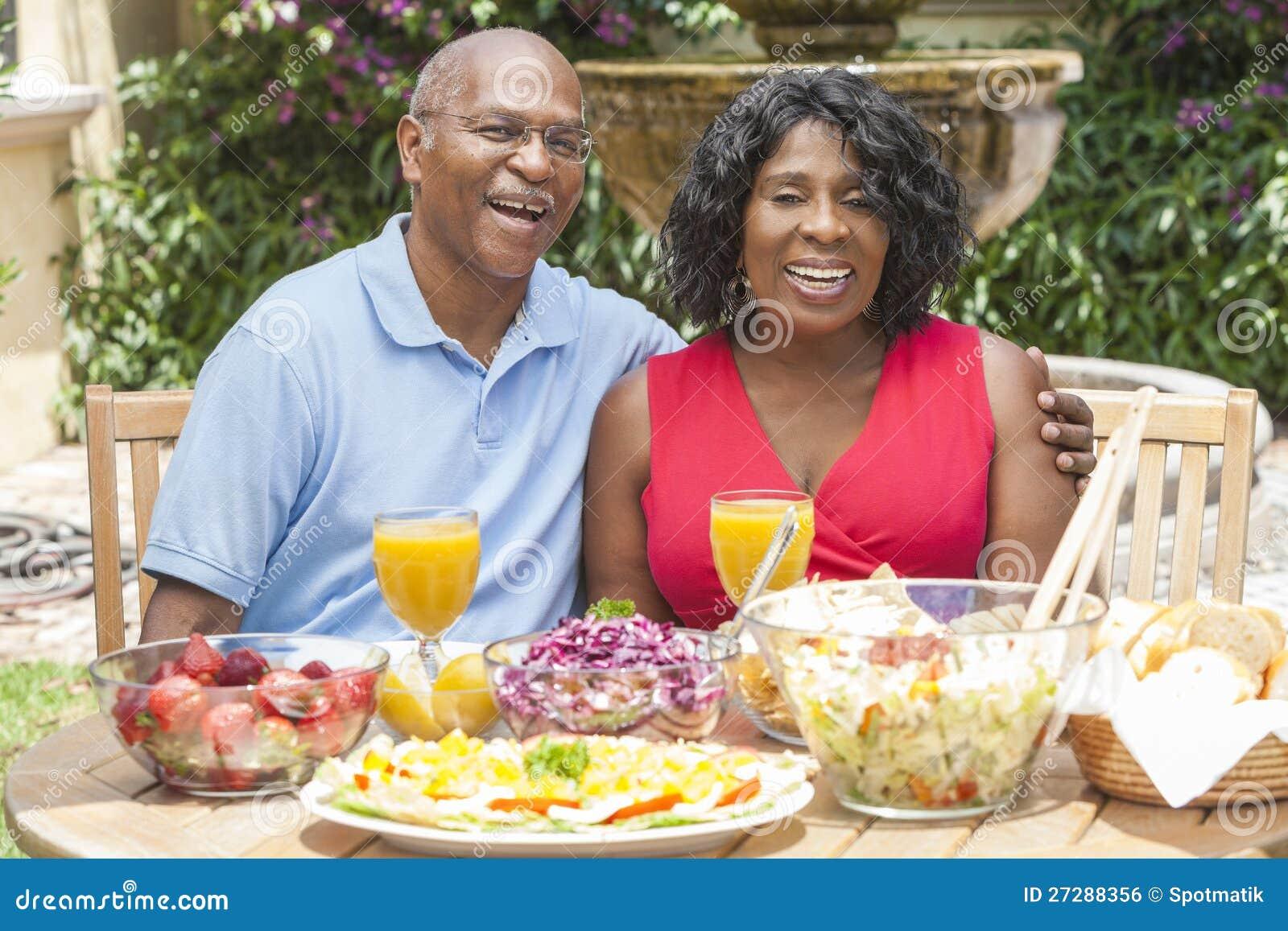Höga afrikansk amerikanpar som utanför äter