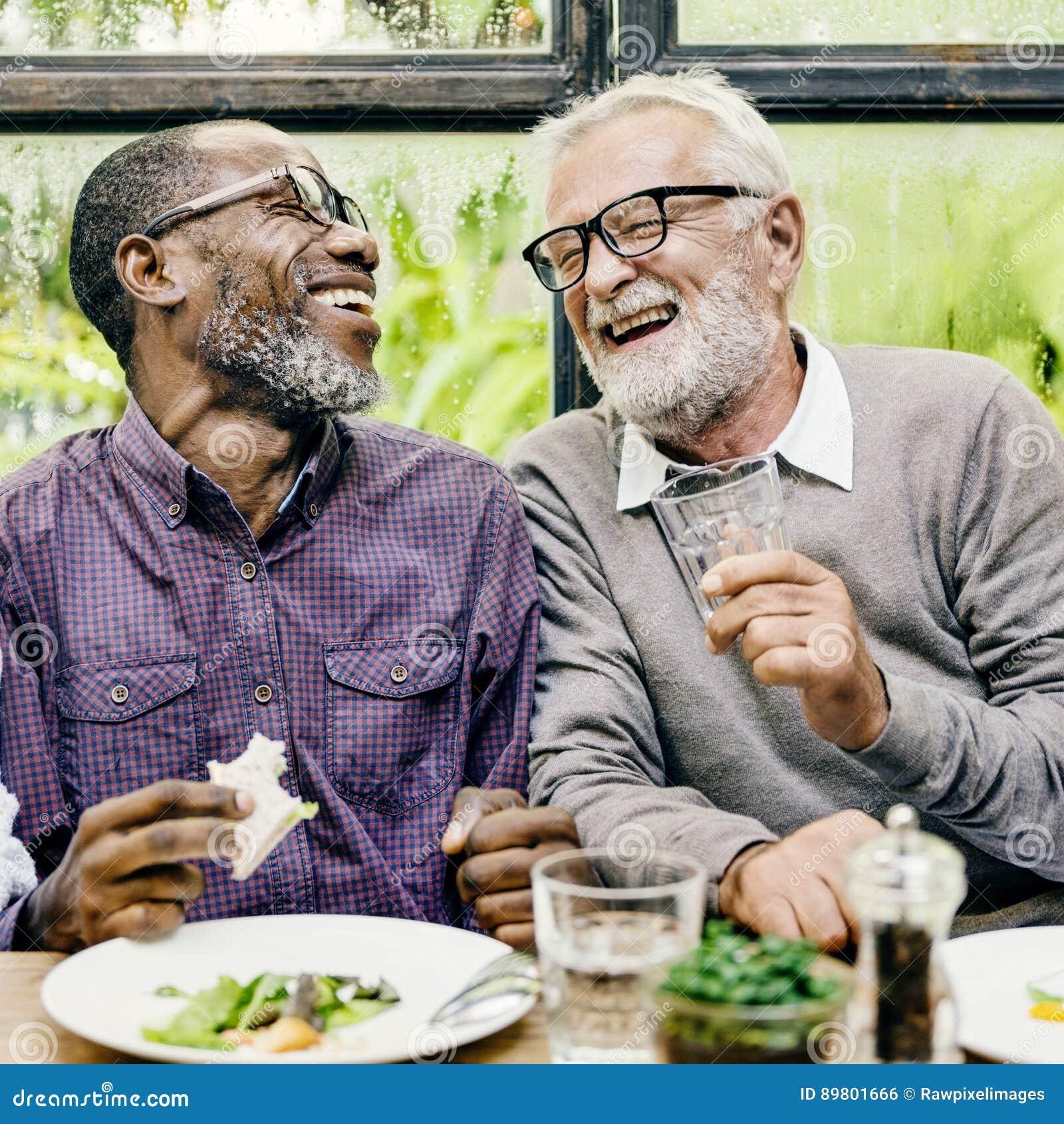 Höga män kopplar av livsstil som äter middag begrepp