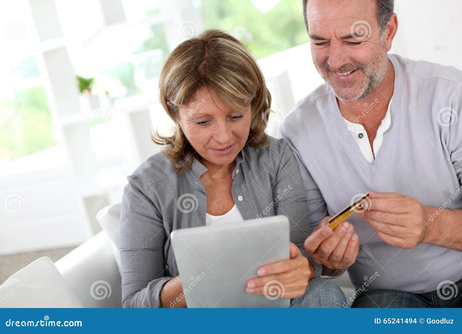 Höga par genom att använda krediteringsbilen som gör online-shopping