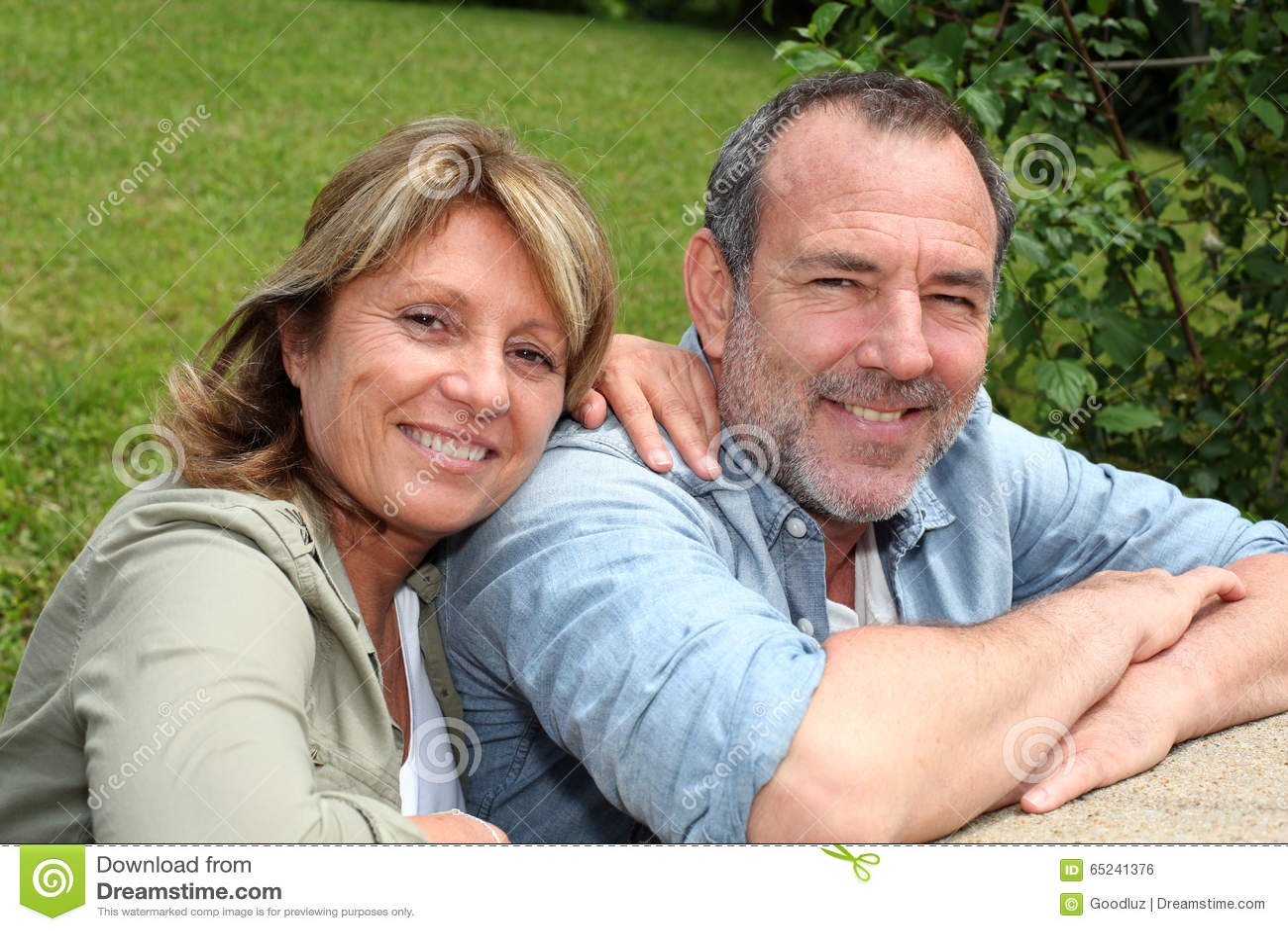 Höga par i koppla av för hemträdgård