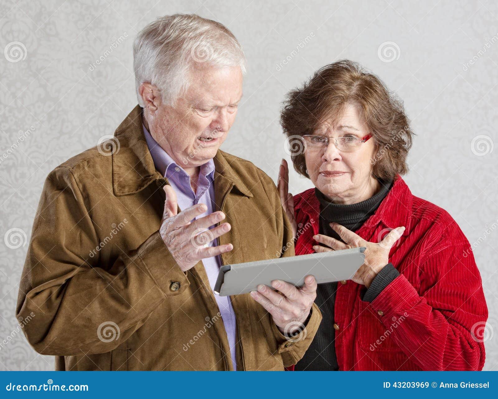 Download Höga par med minnestavlan fotografering för bildbyråer. Bild av maka - 43203969