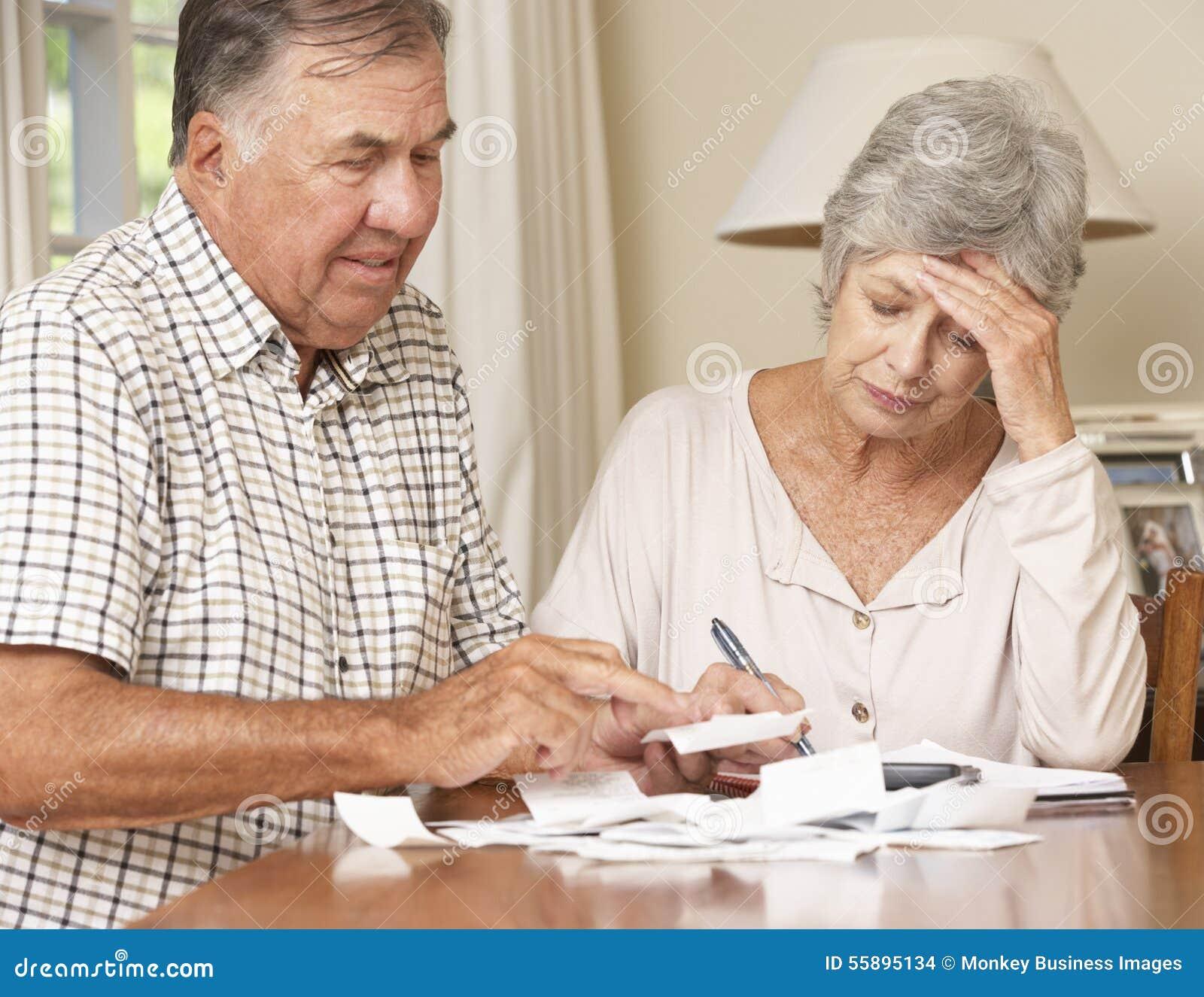 Höga par som angås om skulden som tillsammans går till och med räkningar