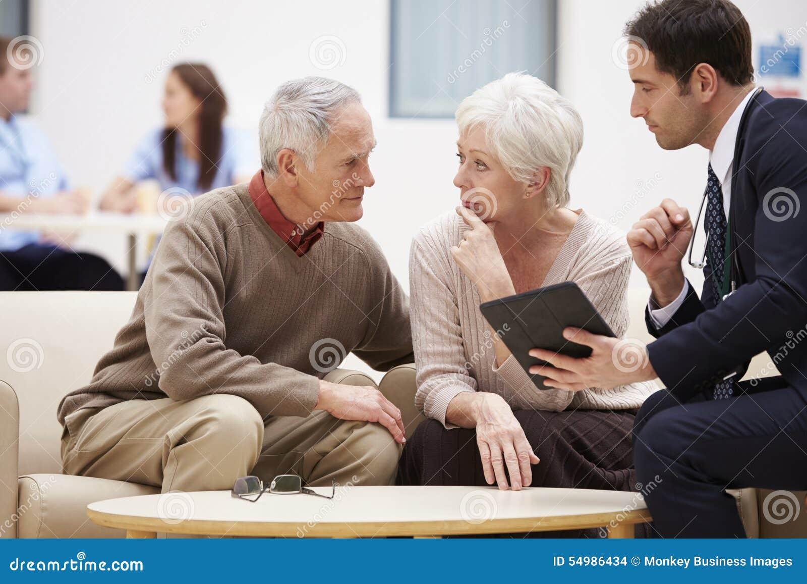 Höga par som diskuterar provresultat med doktorn