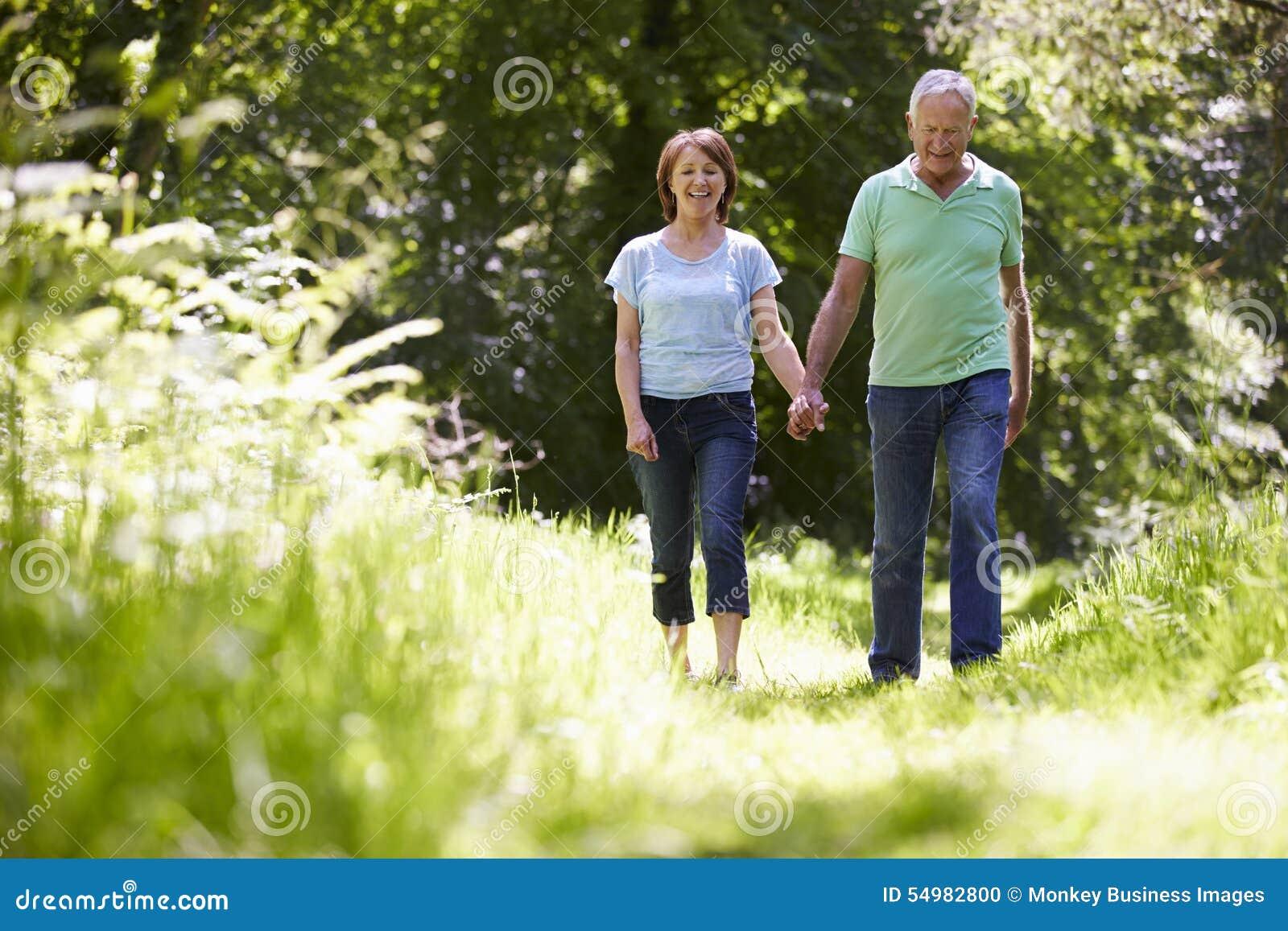 Höga par som går i sommarbygd