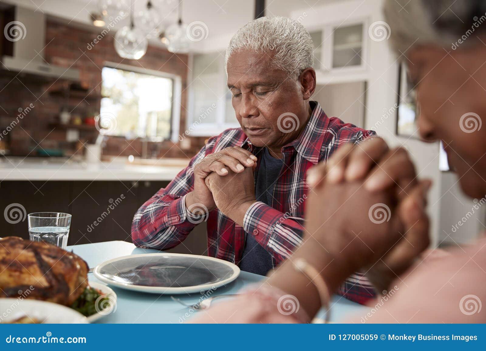 Höga par som hemma säger Grace Before Meal Around Table