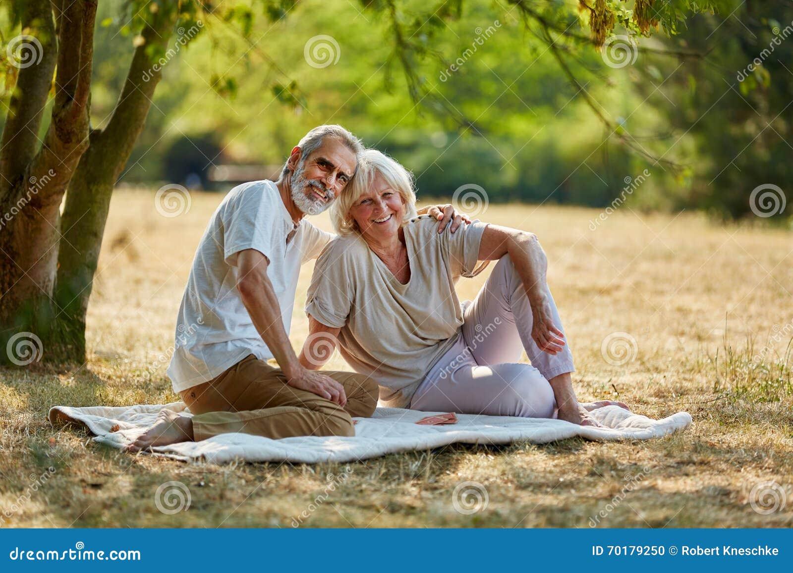 Höga par som tar ett avbrott från att fotvandra