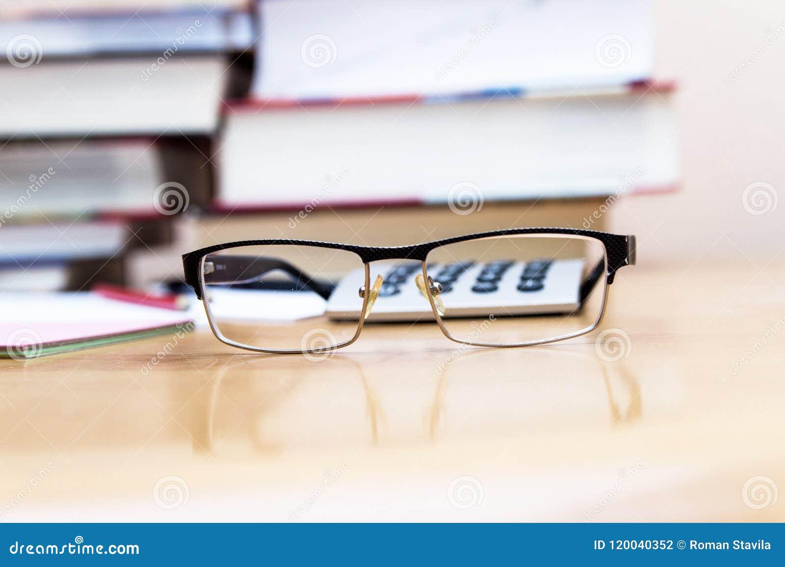 Högar av böcker på tabellen