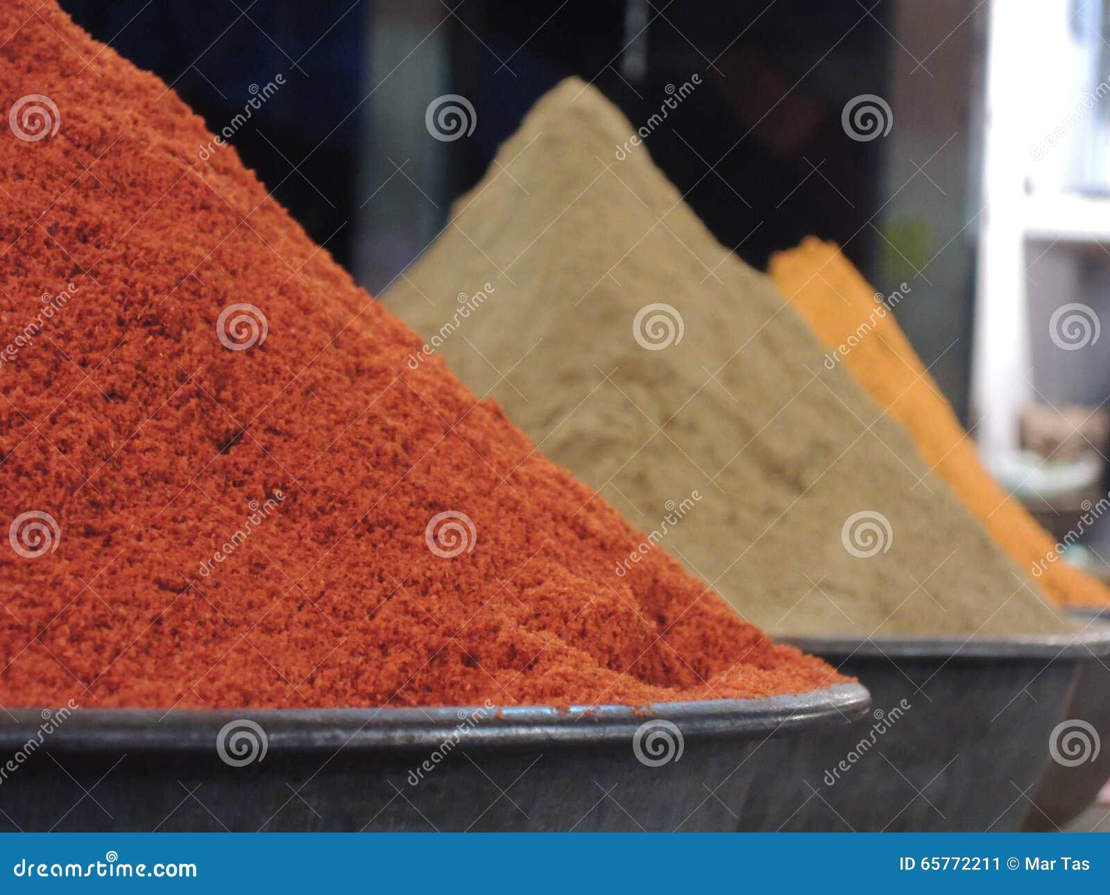 Högar av indiska kryddor och örter