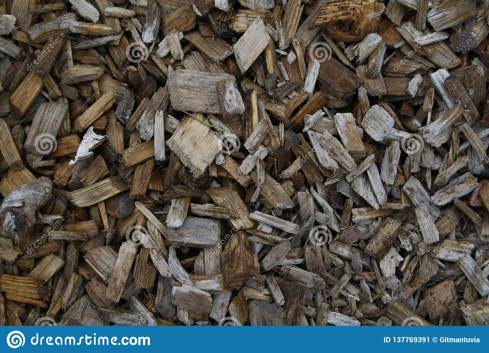 Högar av trächiper på Lapland Finland