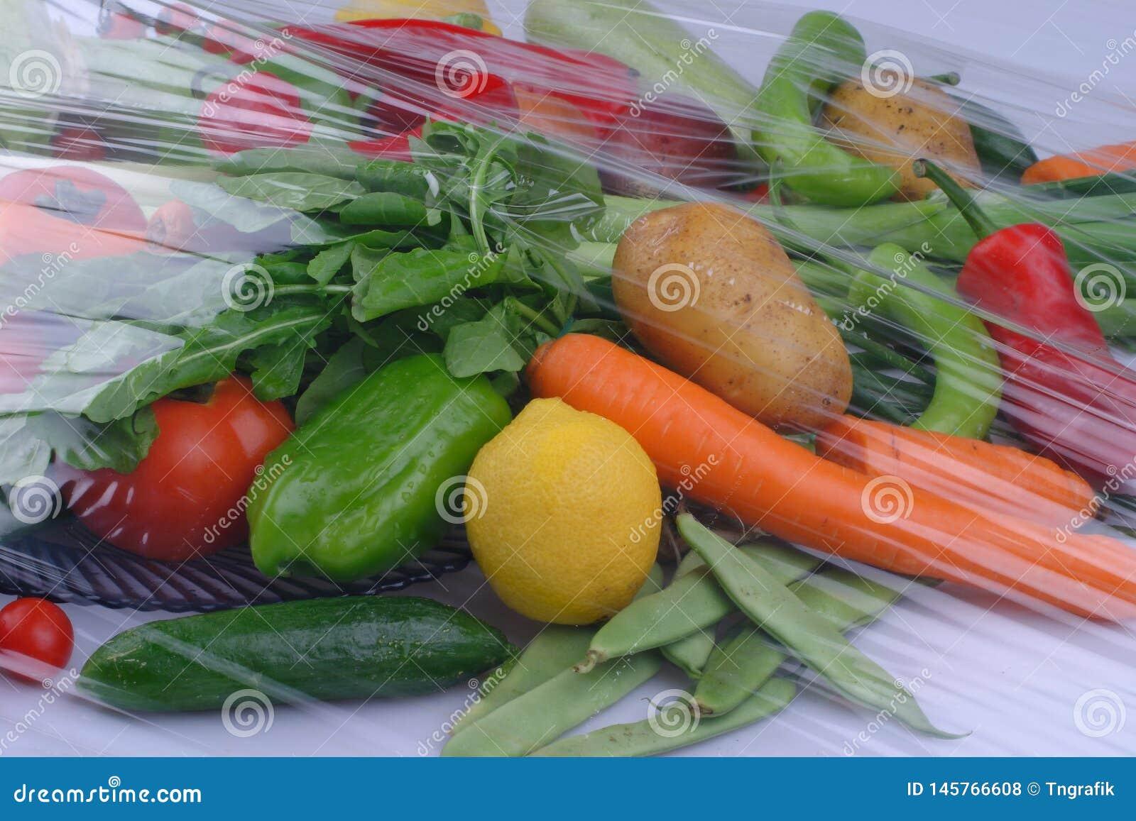 Högen av nya frukter och grönsaker stänger sig upp