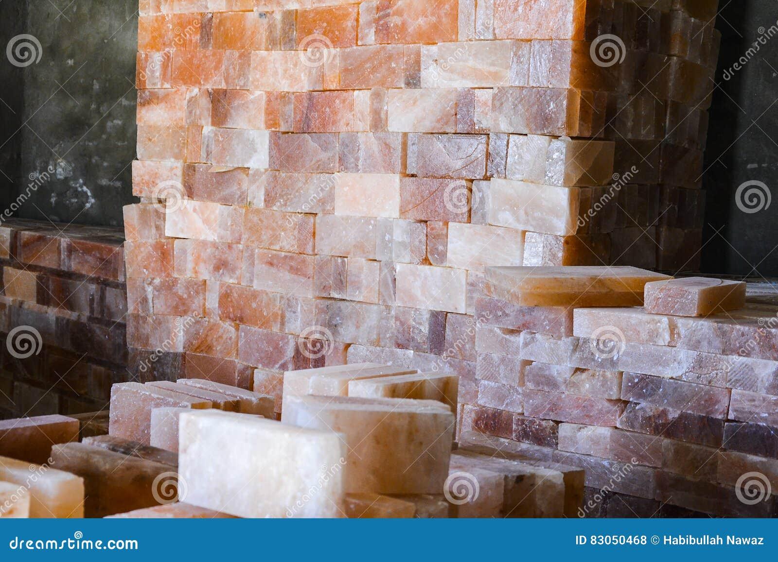 Högen av vaggar salta tegelplattor