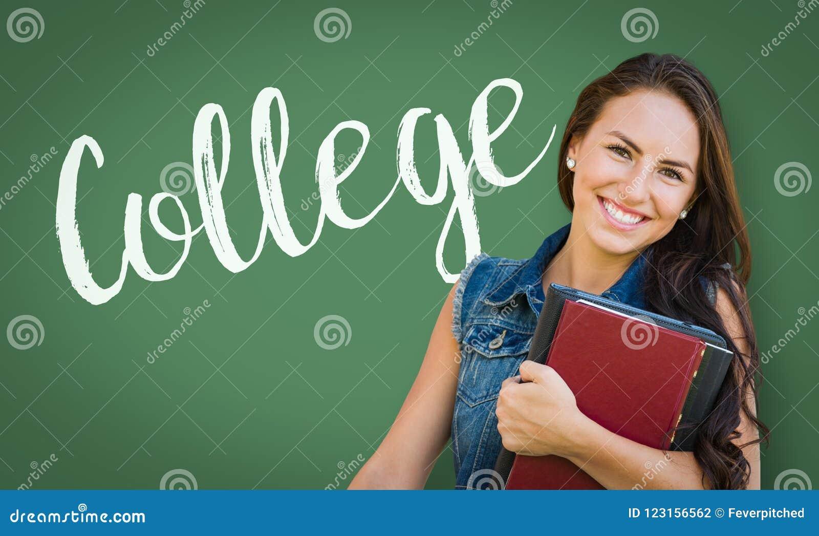 Högskola som är skriftlig på kritabräde bak ung flickastudent för blandat lopp