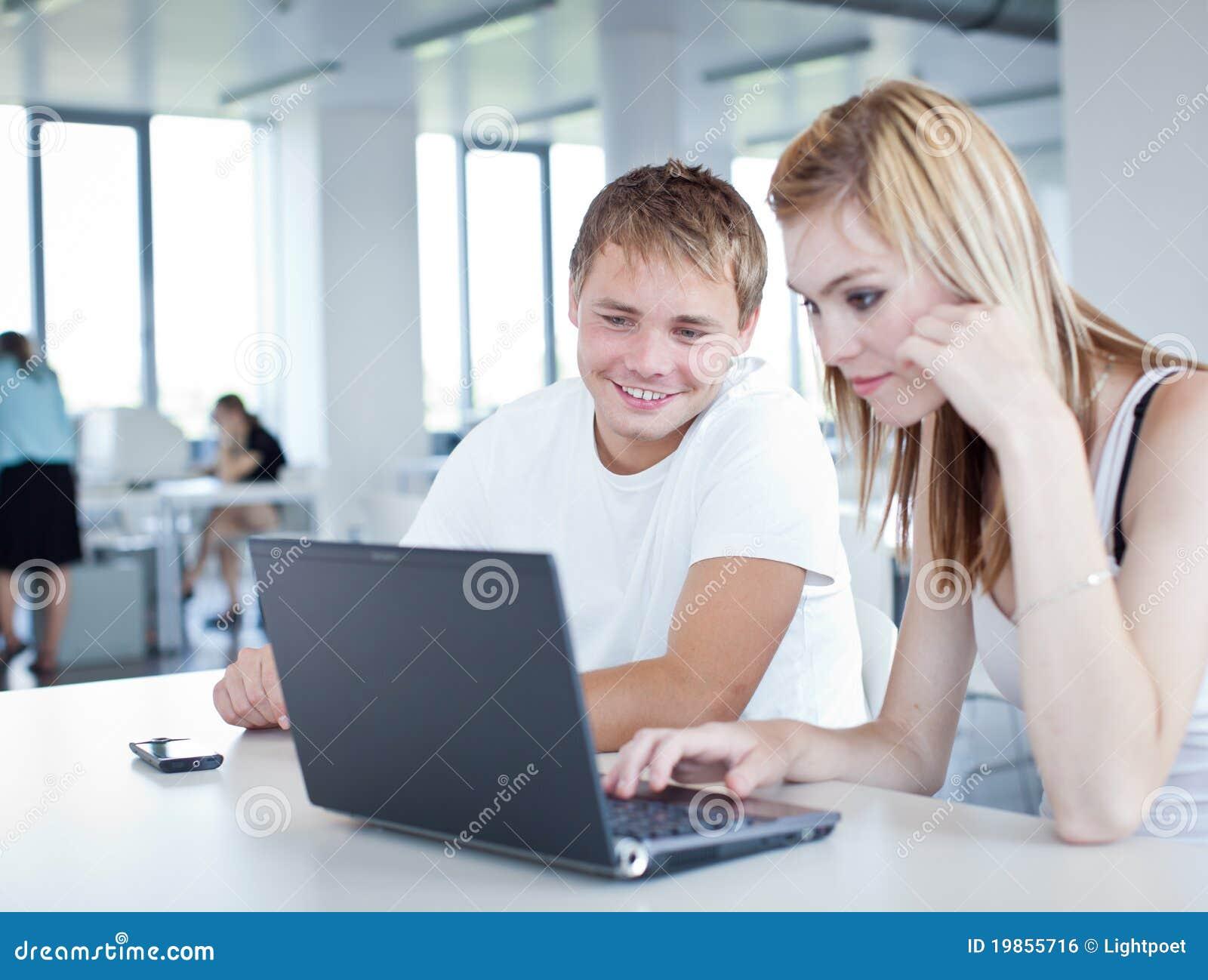 Högskolagyckel som har deltagare studera tillsammans