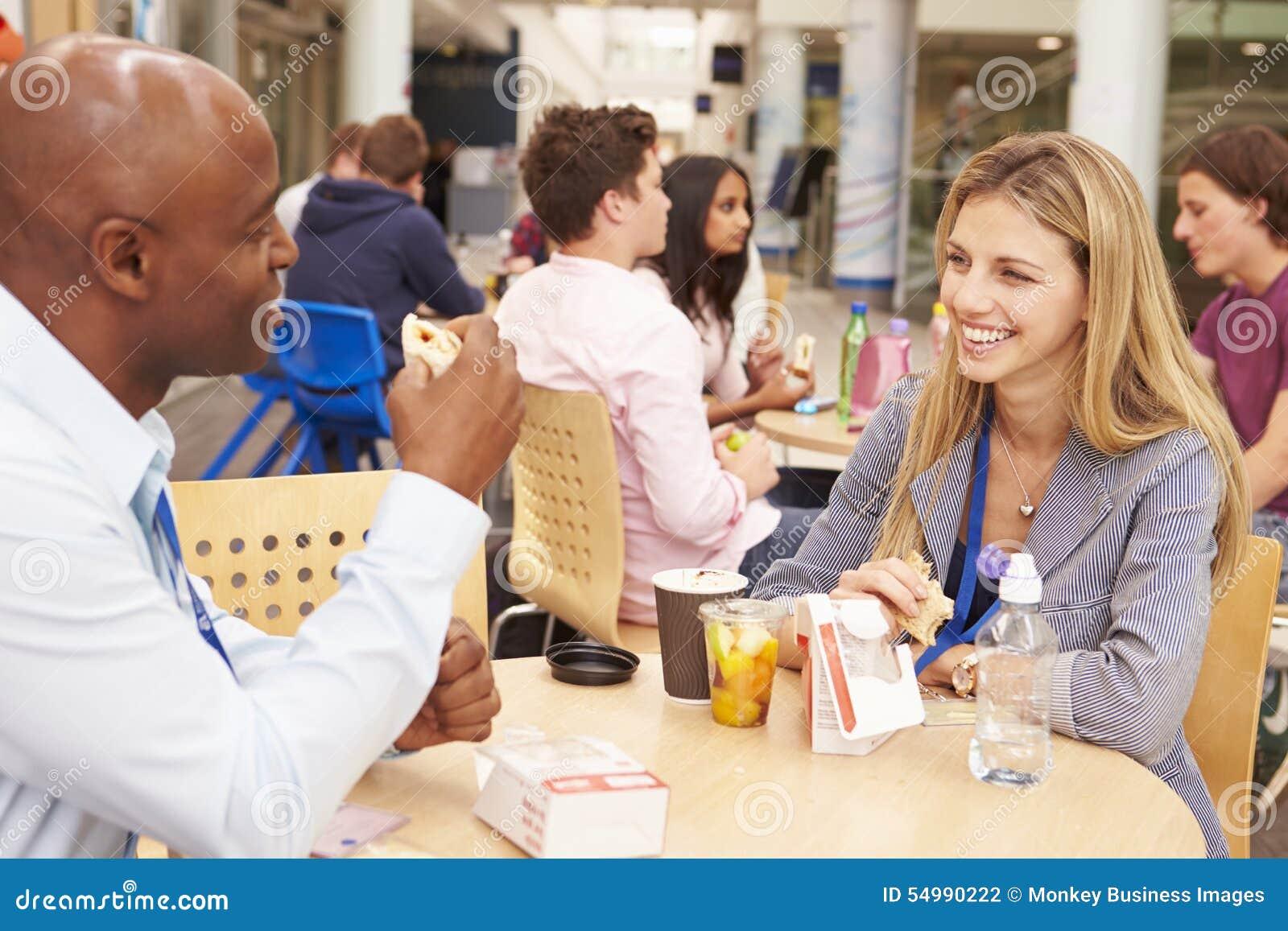 Högskolan handleder att äta lunch tillsammans