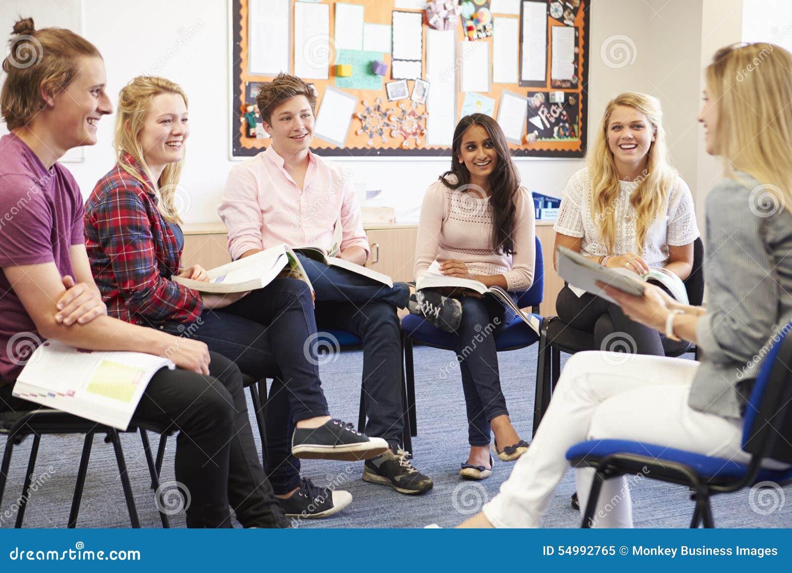 Högskolestudenter med handleder Having Discussion