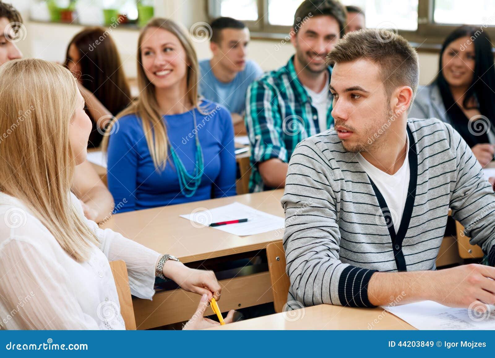 Högskolestudenter som talar under grupp