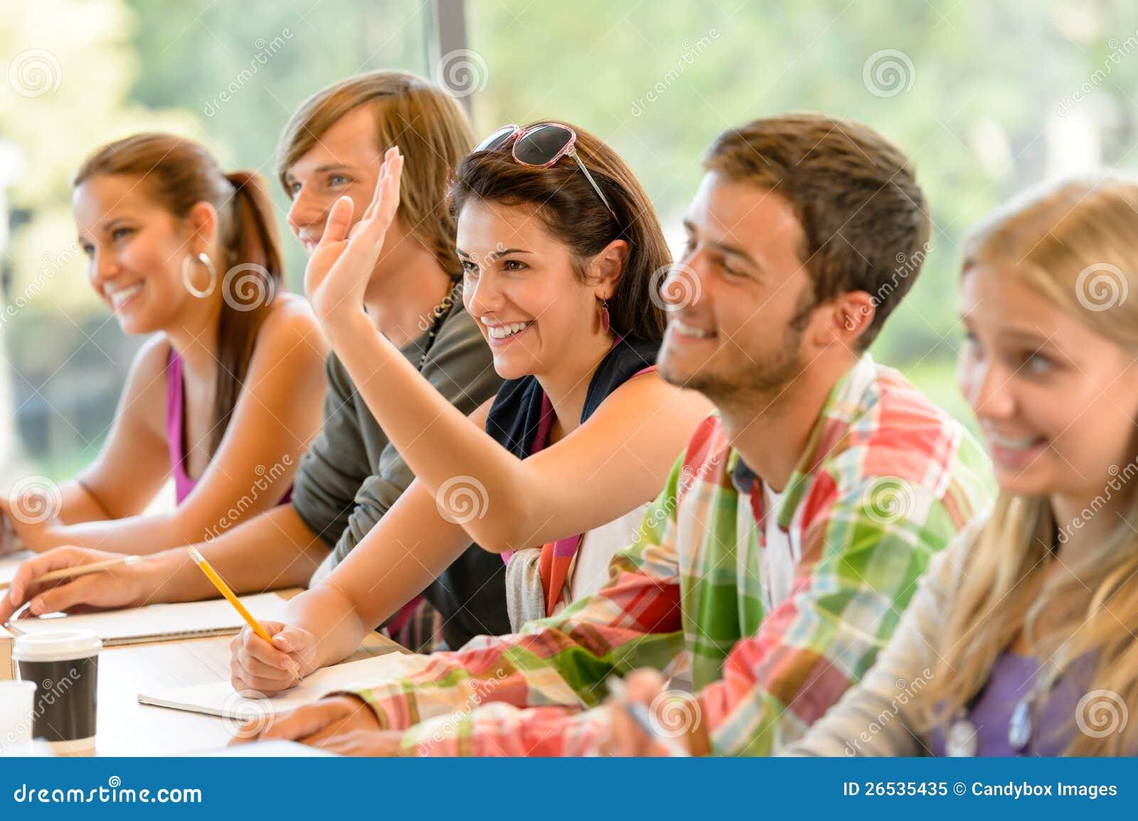 Högstadiumdeltagare som lyfter henne hand i grupp
