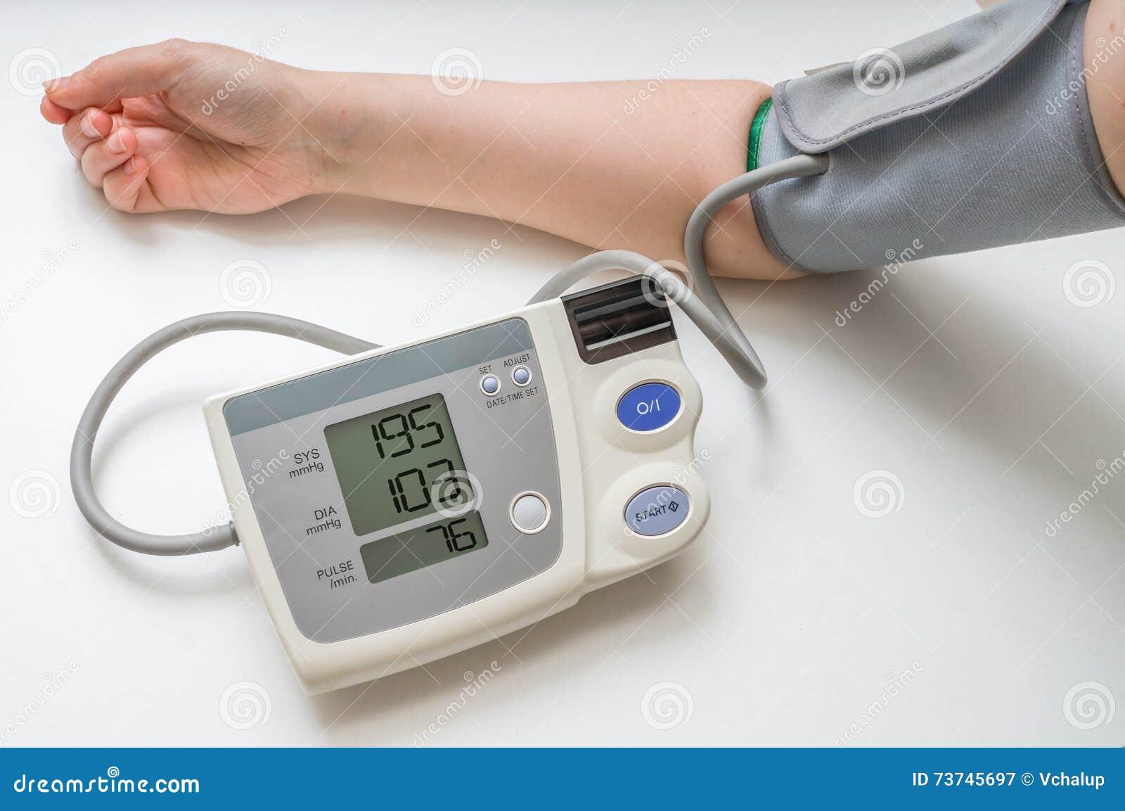 Högt blodtryckbegrepp Mannen mäter blodtryck med bildskärmen