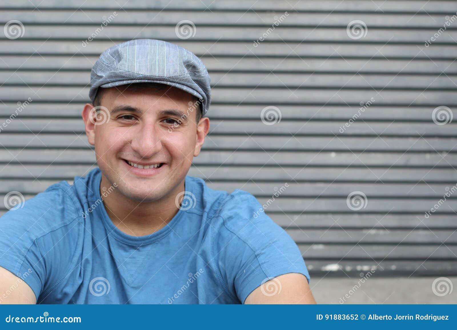 Högt detaljerad konststående le den lyckliga verkliga personen med utrymme för kopia