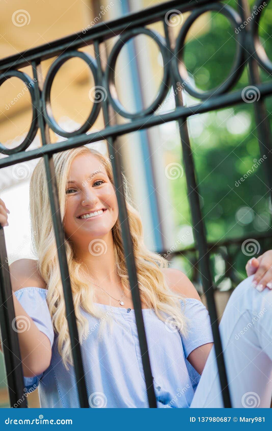 Högt foto för högstadium av den blonda Caucasian flickan utomhus