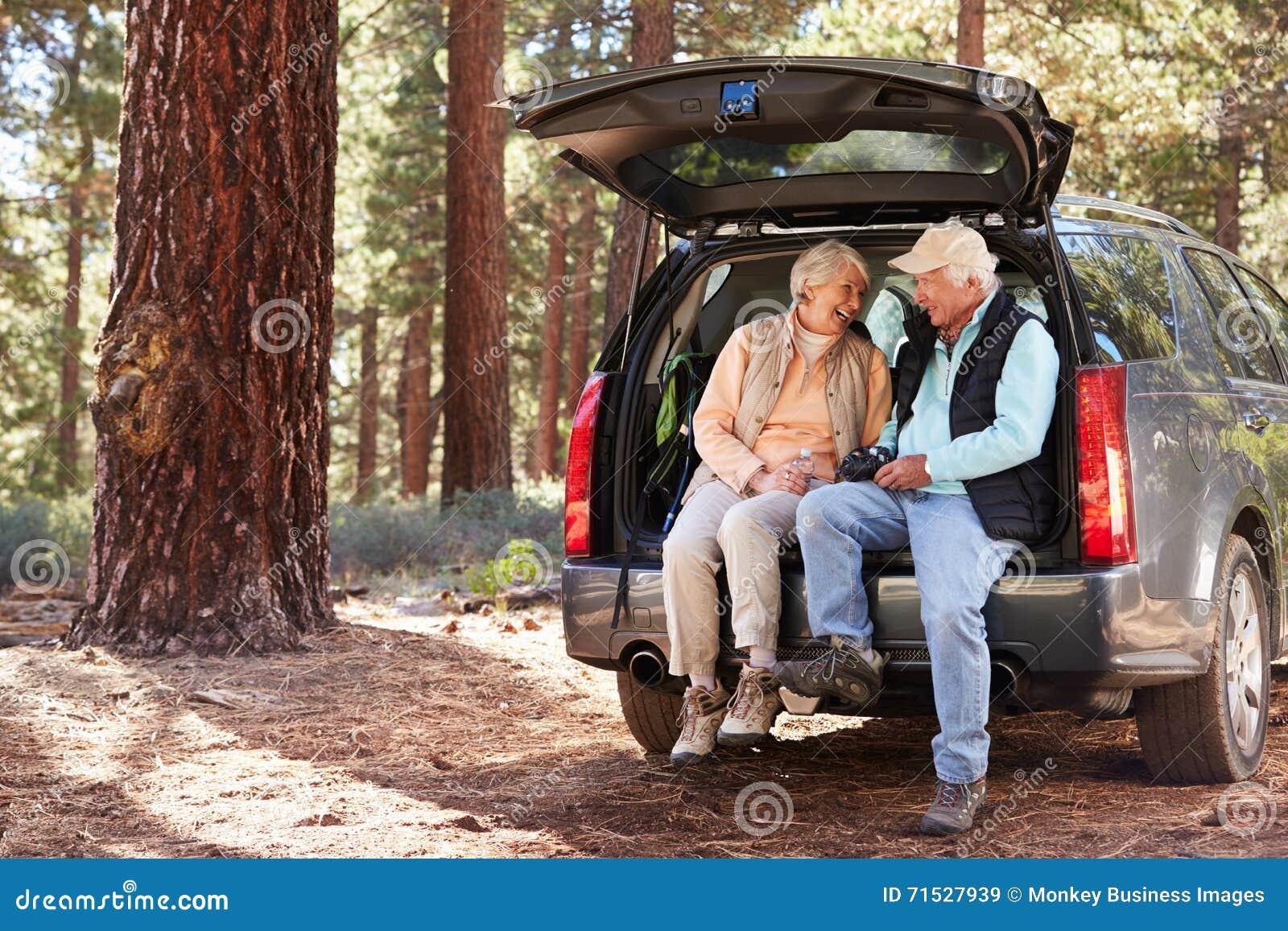 Högt parsammanträde i den öppna bilstammen som förbereder sig för en vandring