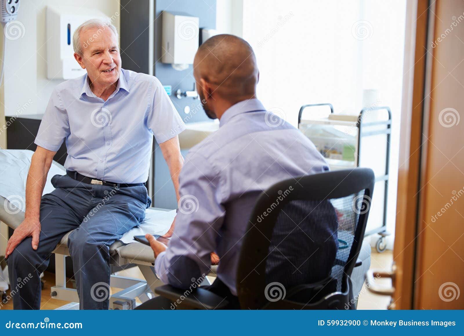 Högt patient- och för doktor Have Consultation In sjukhusrum