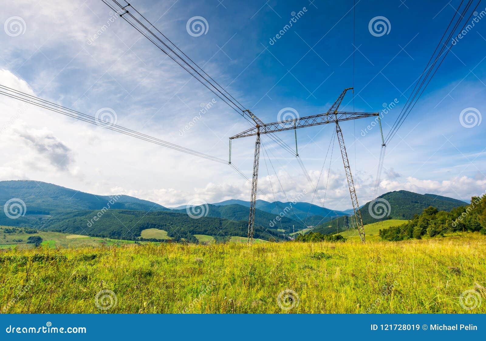 Högt spänningskraftledningtorn i Carpathian montering