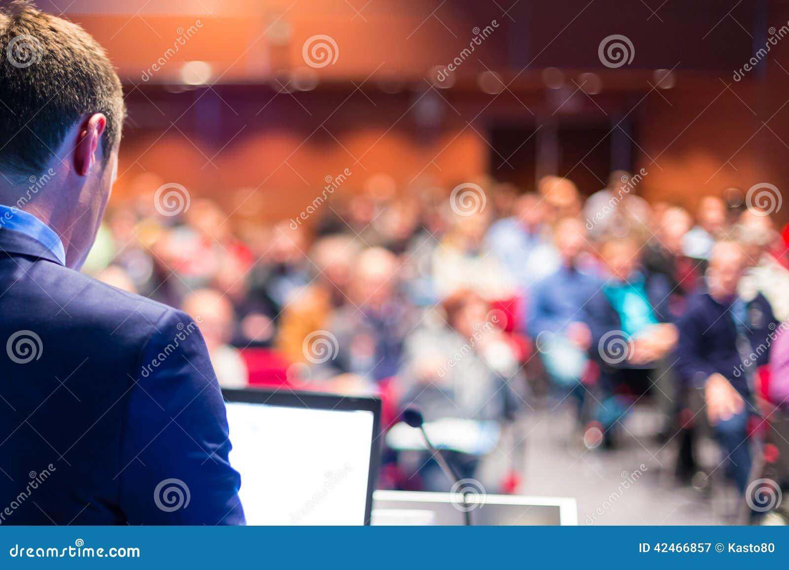 Högtalare på den affärskonferensen och presentationen