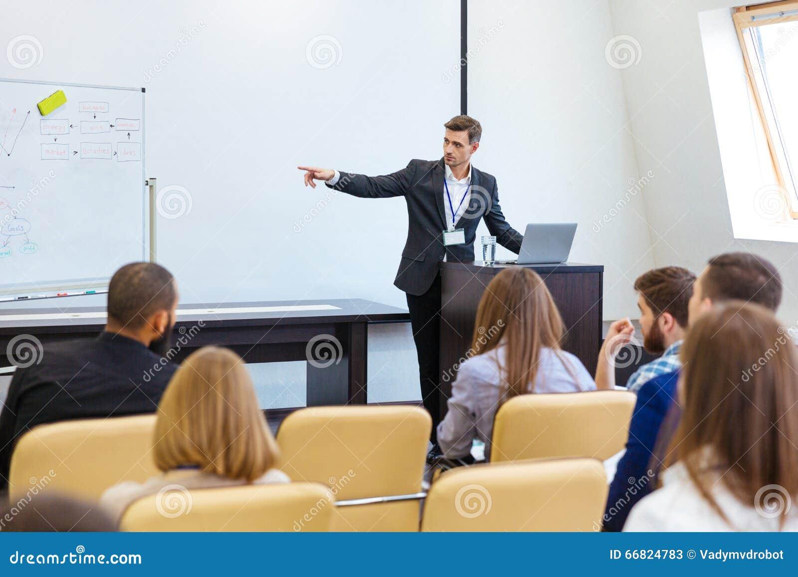 Högtalare som ger presentation på affärskonferensen