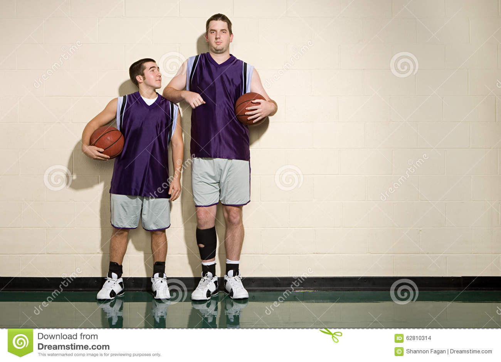 Högväxta och korta basketspelare