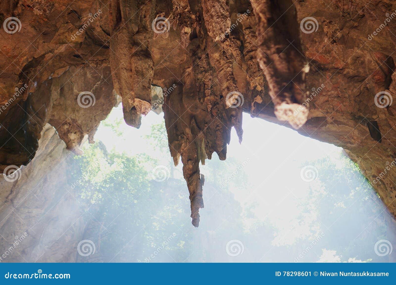 Höhlenstalaktiten und -Sonnenstrahl am Morgen