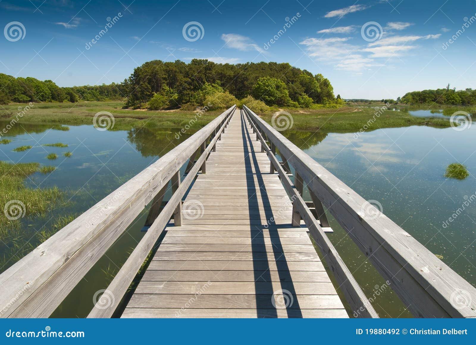 Hölzerne Brücke in der Perspektive