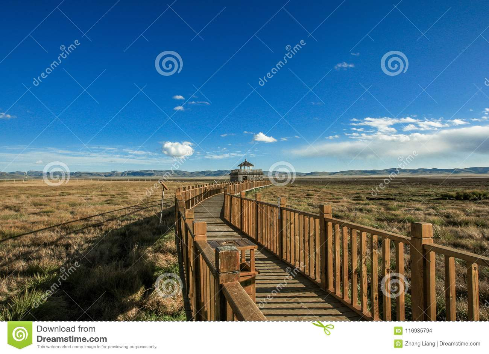 Hölzerne Brücke an Ruoergai-Wiese, Xiahe, Gannan, China