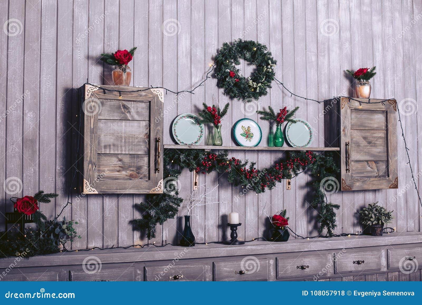 Hölzerne Bretttabelle vor Weihnachtswarmer Goldgirlande beleuchtet auf hölzernem rustikalem Hintergrund