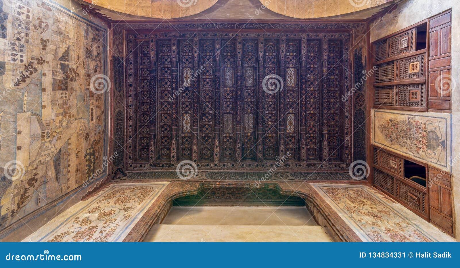 Hölzerne Decke verziert mit Blumenmusterdekorationen und -wandgemälde an historischem Beit El Set Waseela-Gebäude, altes Kairo, Ä