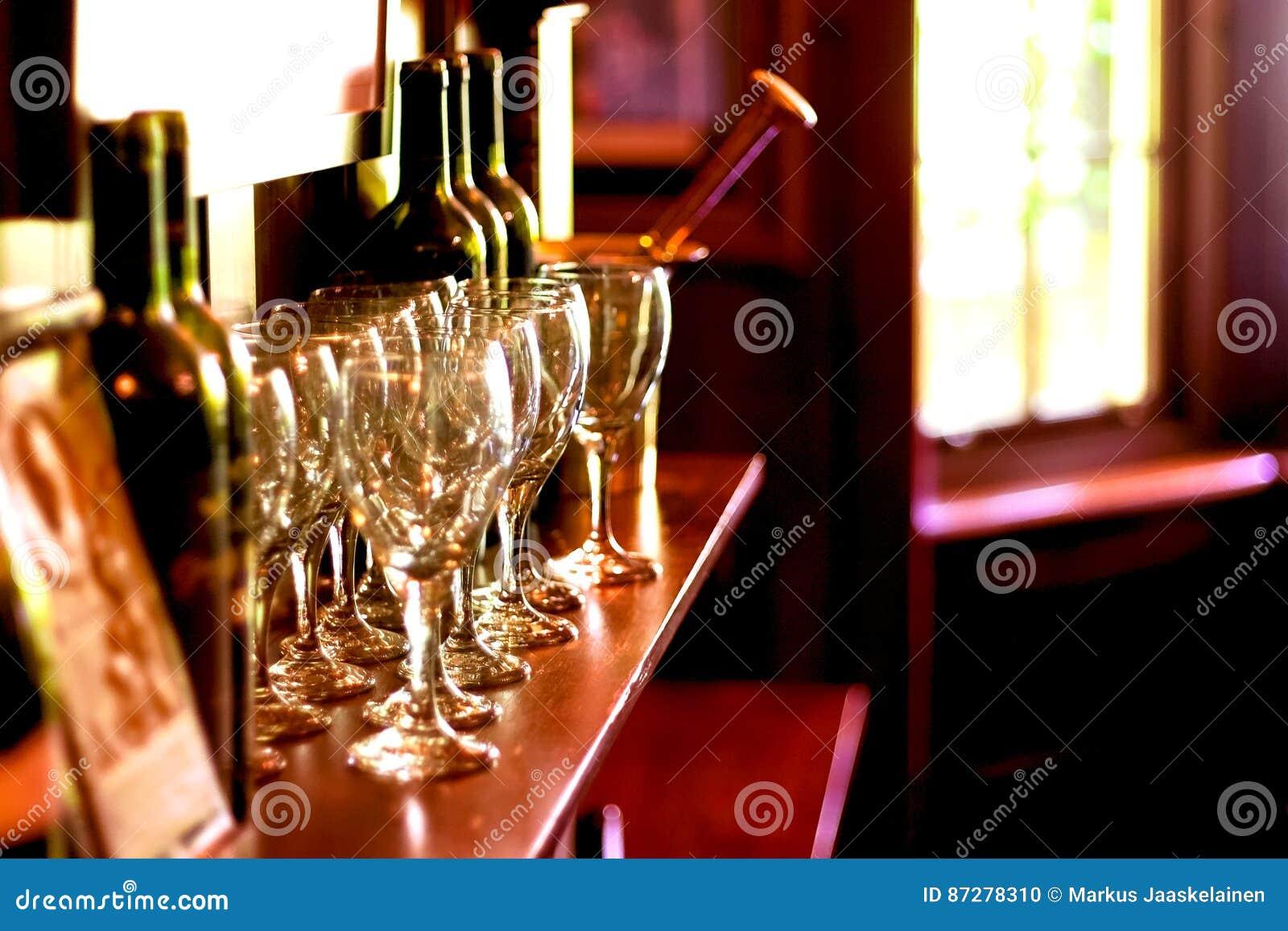 Hölzerne kamineinfassung mit weinflaschen gläsern und mortrar und