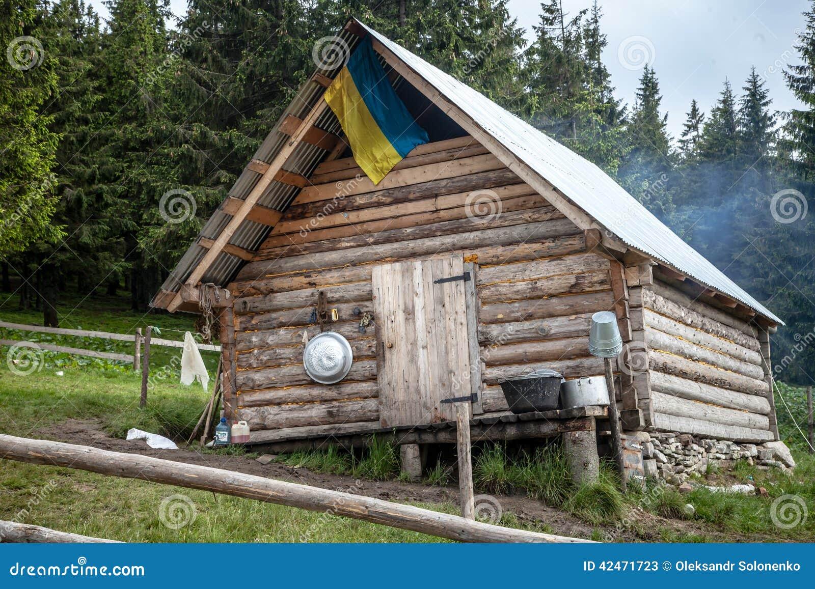 Hölzerne kolyba Hütte mit einer ukrainischen Flagge