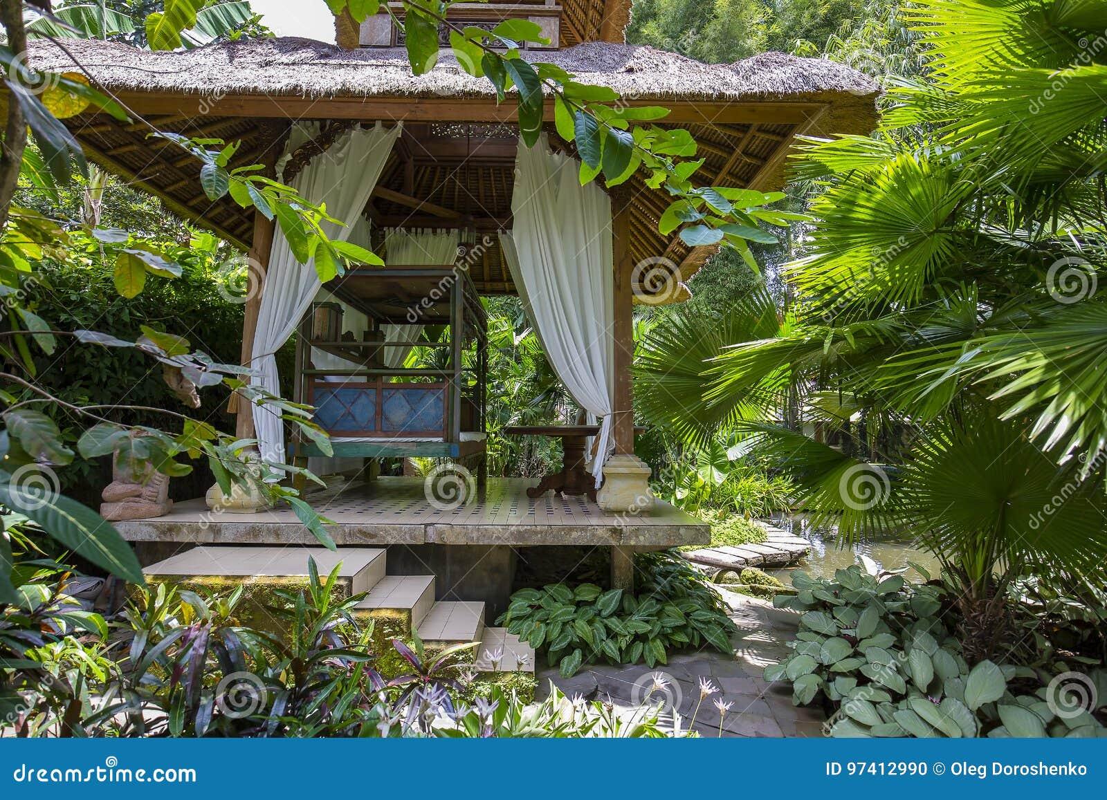 Hölzerne Laube Für Die Entspannung Im Tropischen Garten Insel Bali