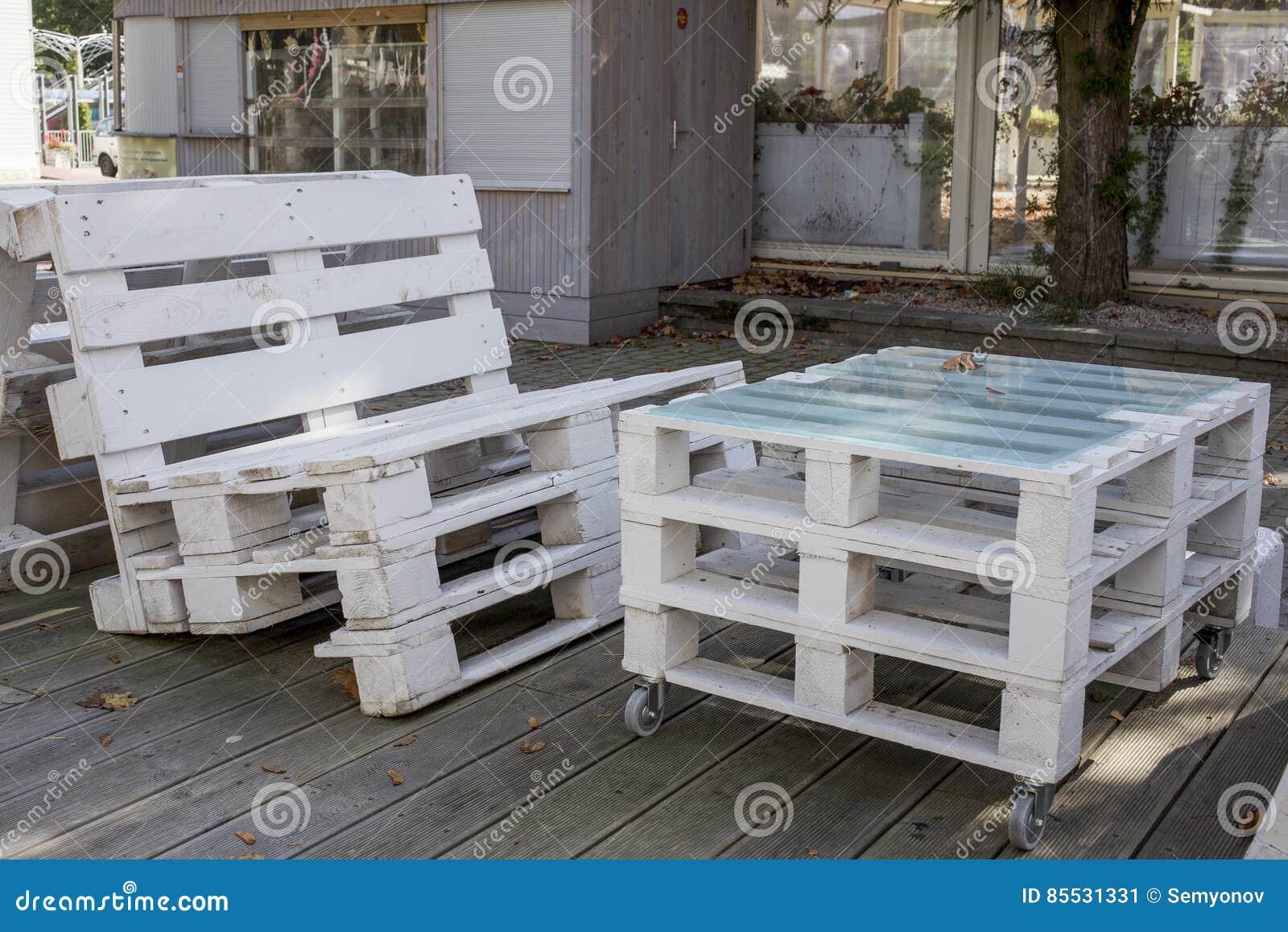 hölzerne möbel im freien von den weißen paletten stockbild - bild