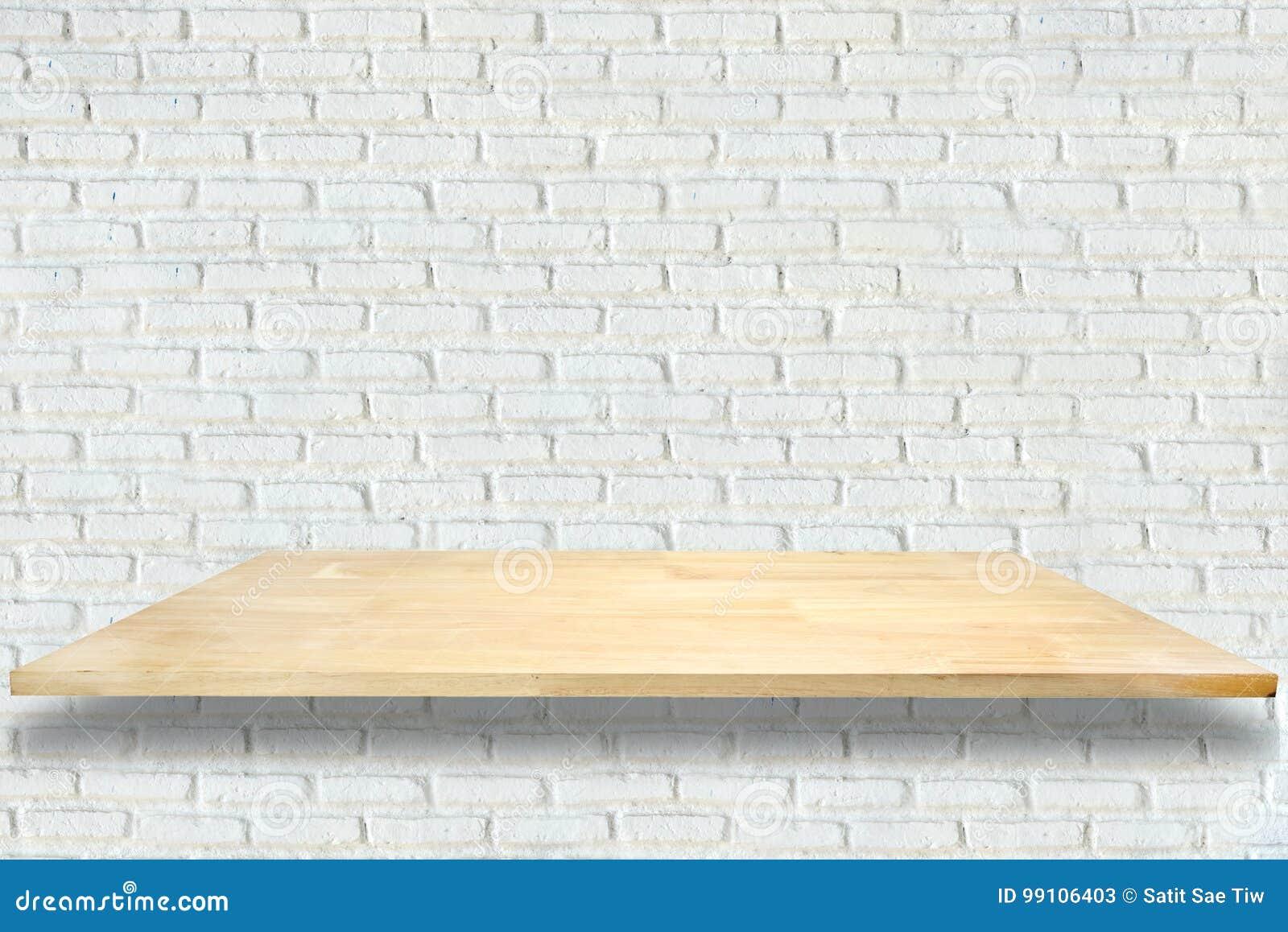 Hölzerne Regale und weißer Backsteinmauerhintergrund
