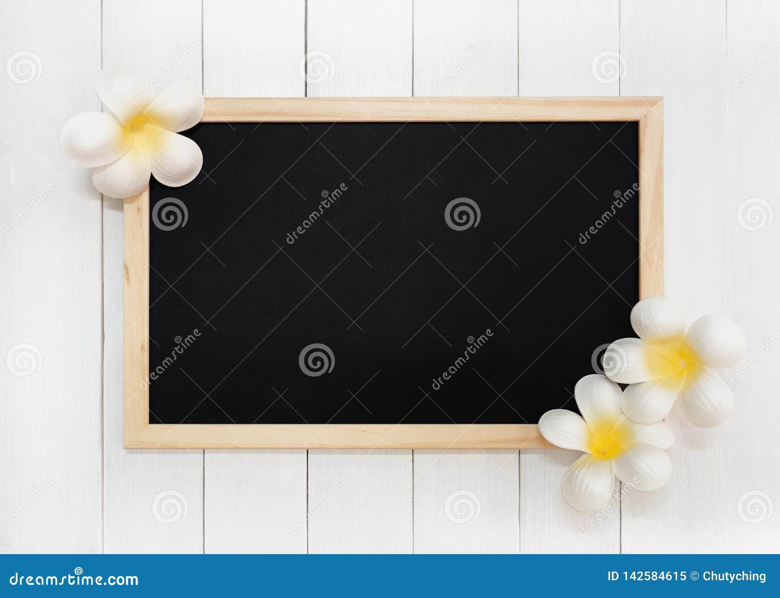 Hölzerne Tafel mit künstlichen weißen Plumeria-Blumen