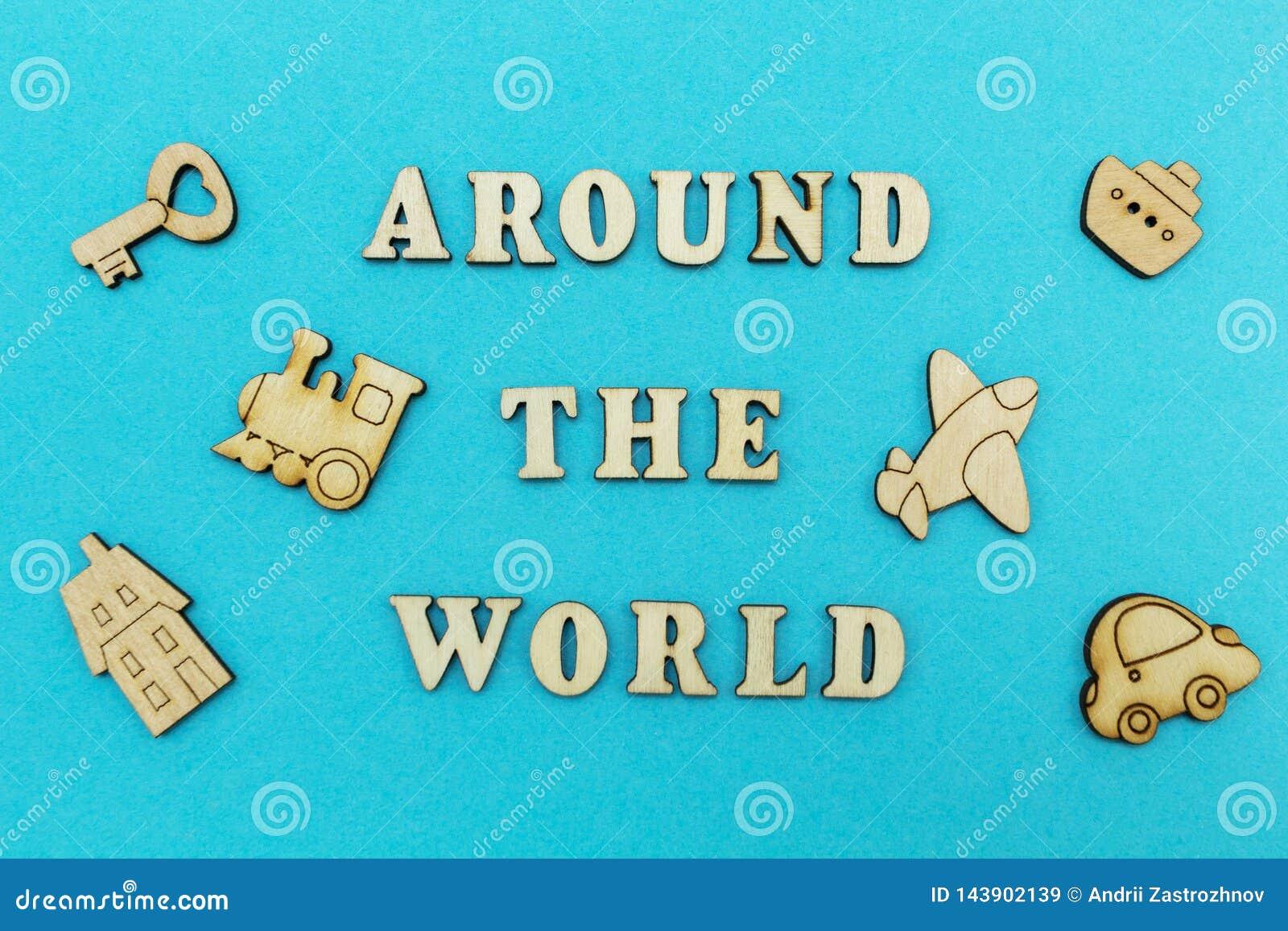 Hölzerne Zahlen eines Flugzeuges, ein Zug, ein Schiff, ein Auto Die Aufschrift 'auf der ganzen Welt 'auf einem blauen Hintergrund
