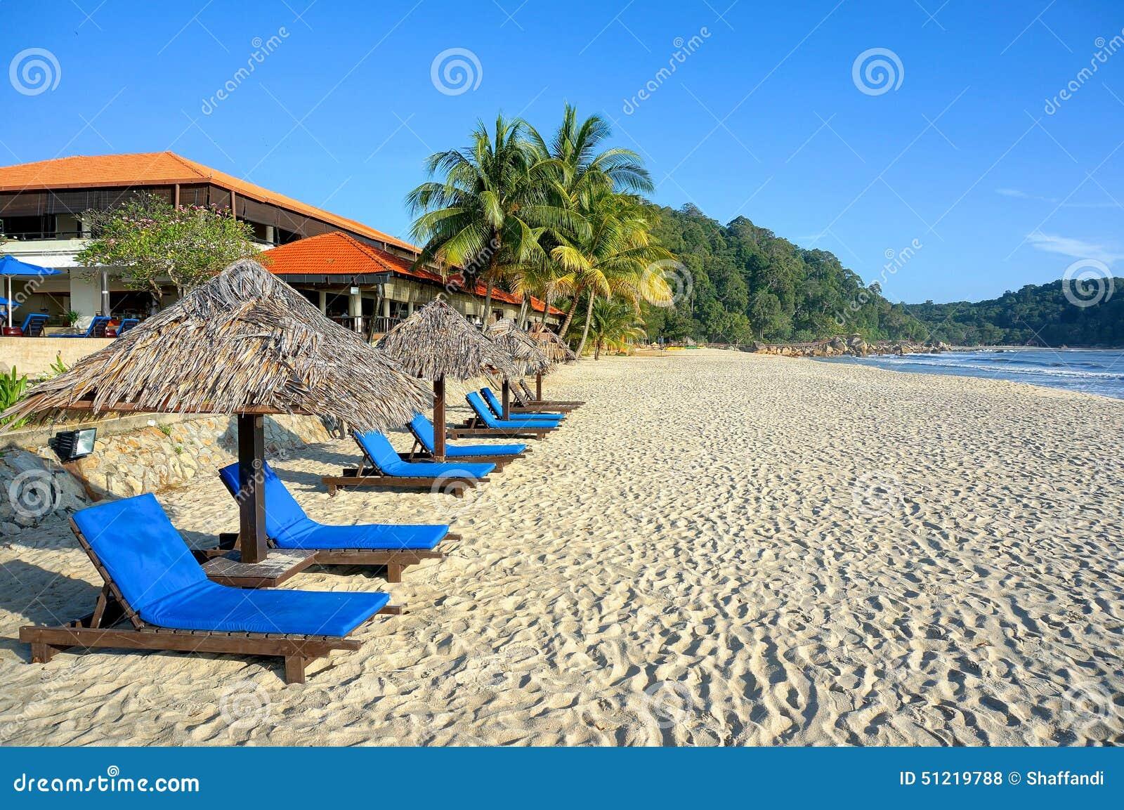 Hölzerner Aufenthaltsraum/Klappstühle und Regenschirm auf Paradies setzen heraus schauen zum Ozean auf den Strand