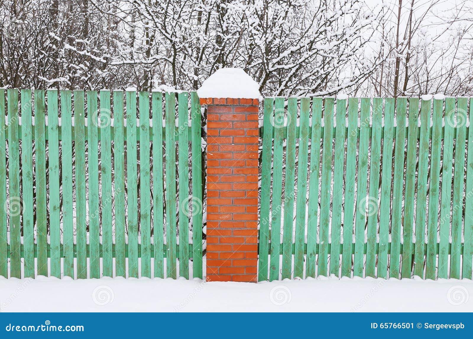 Hölzerner Grüner Zaun Mit Ziegelsteinsäule Stockbild Bild
