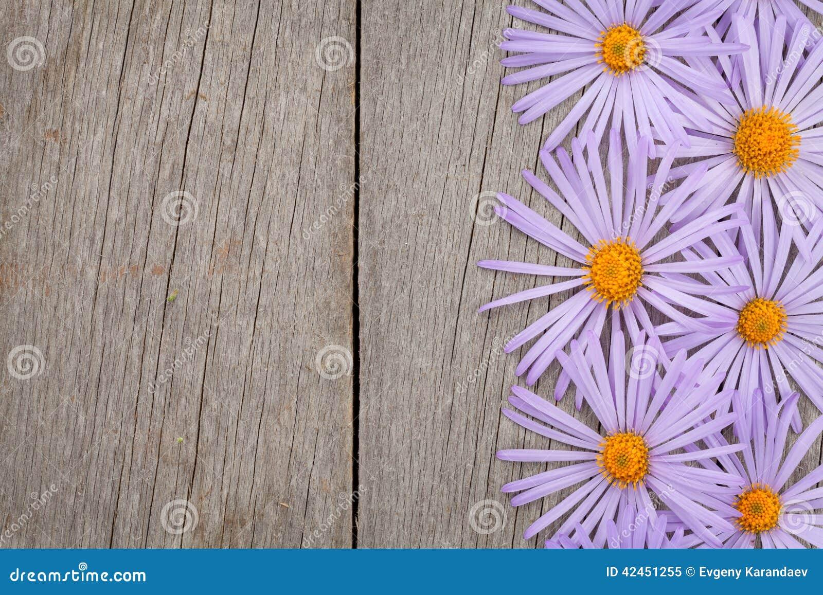 Hölzerner Hintergrund mit blauen Blumen