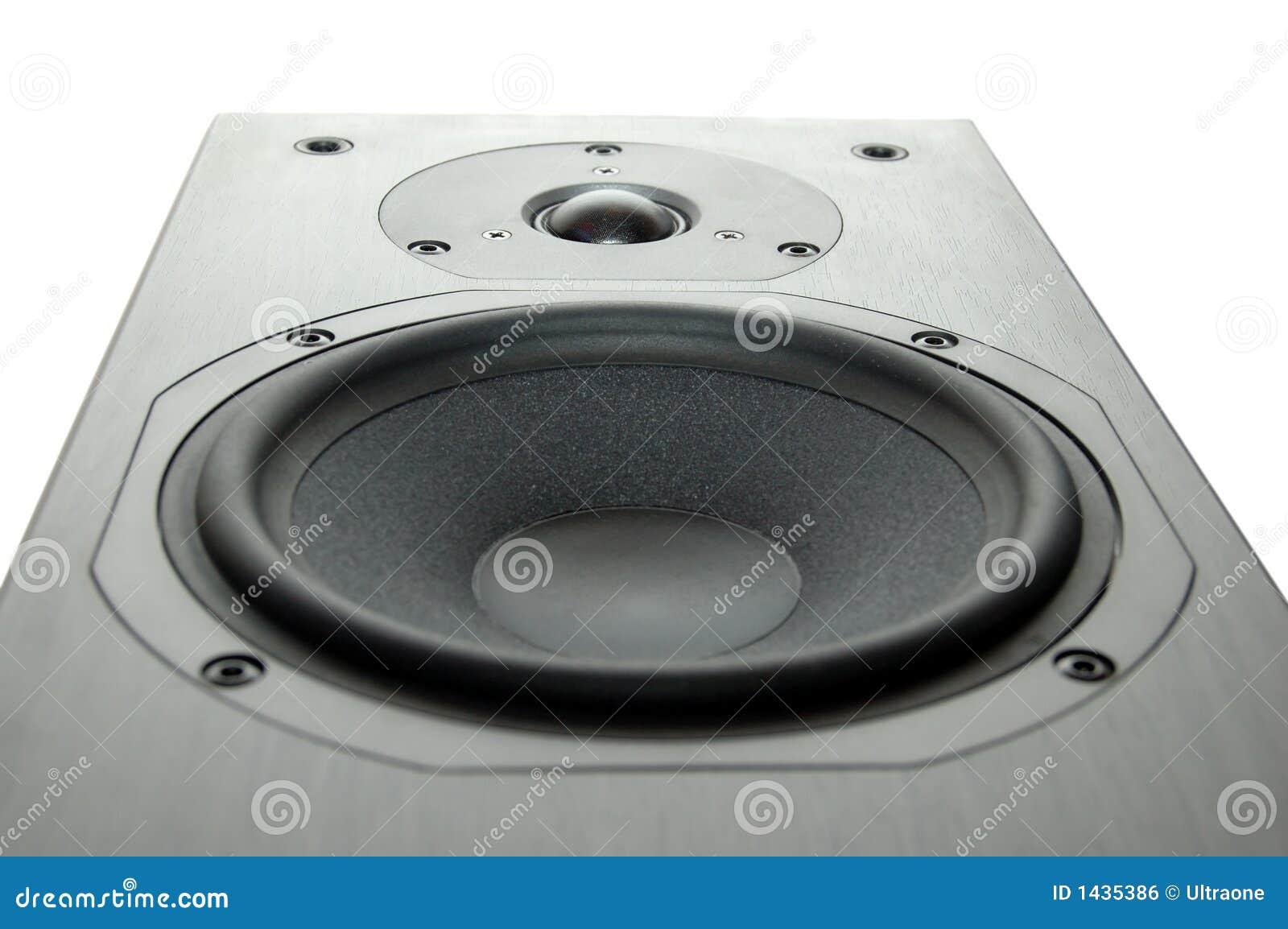 Hölzerner Lautsprecher mit weißem Hintergrund