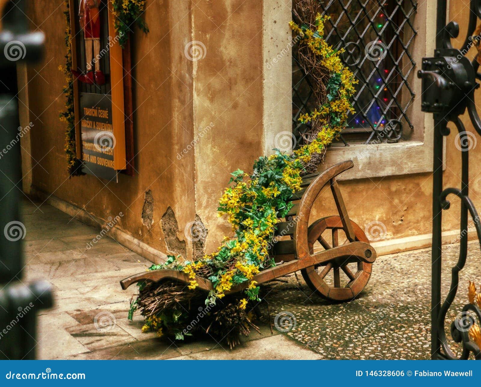 Hölzerner mittelalterlicher Blumenwagen verzierte