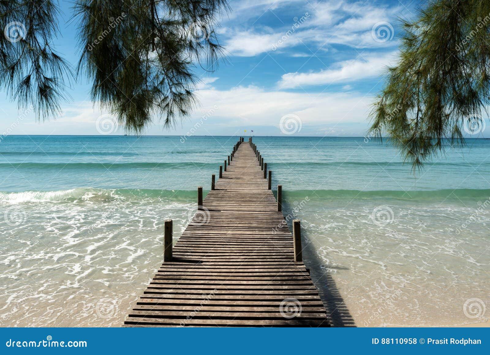 Hölzerner Pier am Erholungsort in Phuket, Thailand Sommer, Reise, Vacat