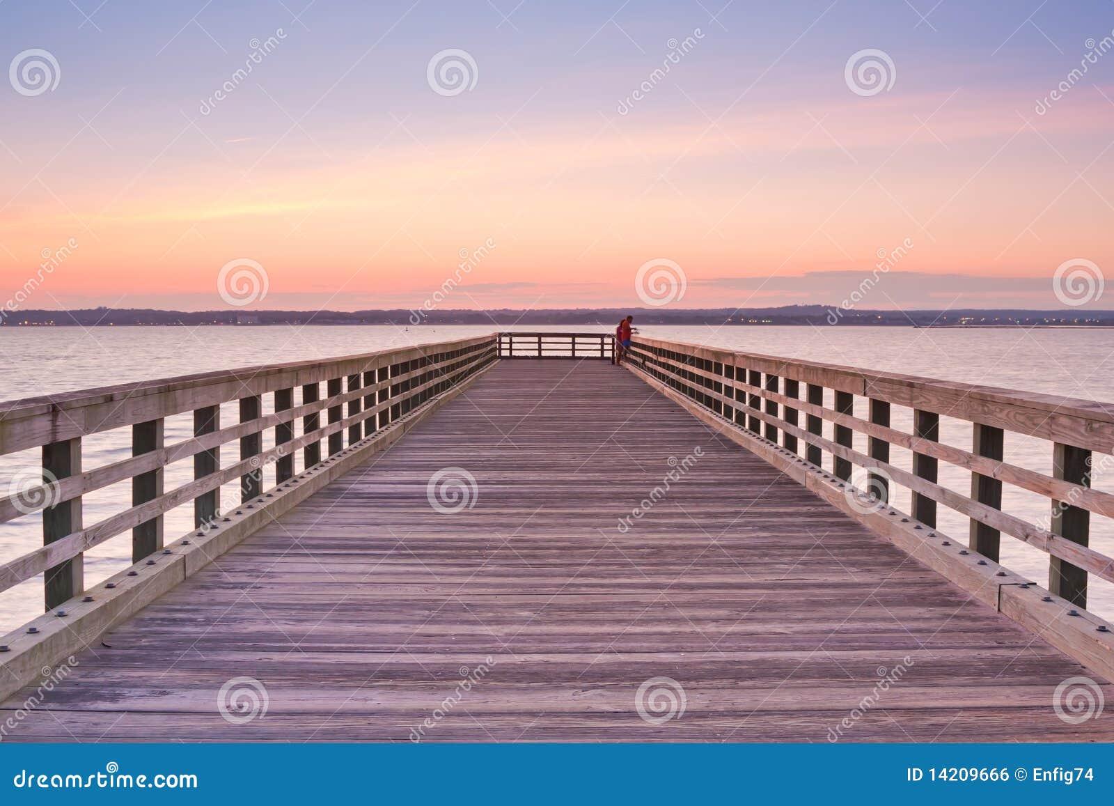 Hölzerner Pier am Sonnenuntergang